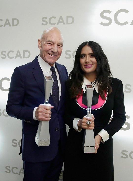 Stewart s rovněž oceněnou kolegyní Salmou Hayek. On převzal cenu pro legendu kinematografie, ona za přínos kinematografii.