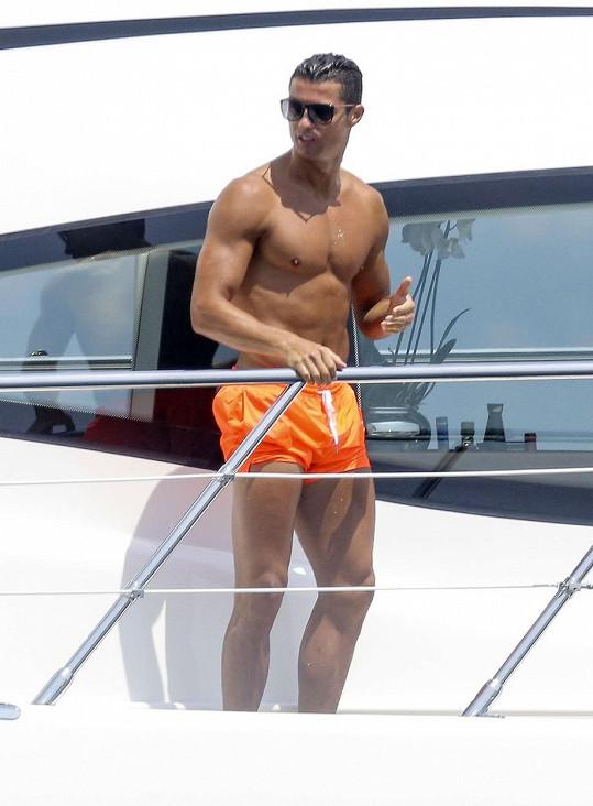 Cristiano Ronaldo si na jachtě u Saint Tropez užívá s partičkou kamarádů.