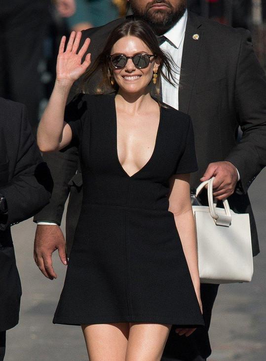 Elizabeth Olsen při příchodu k Jimmymu Kimmelovi zamávala fanouškům.
