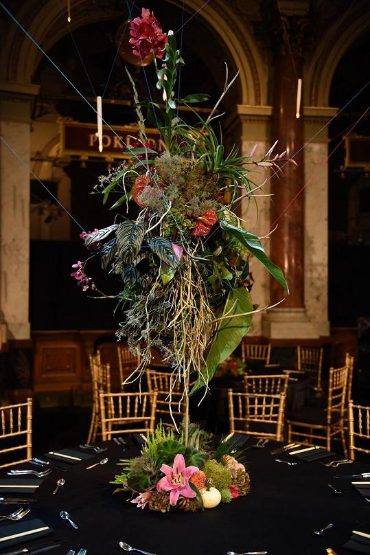 Nad každým stolem levitovala květinová vazba.