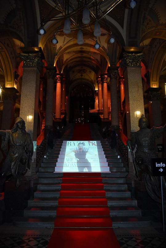 Hosté kráčeli do hlavního sálu po magicky nasvíceném schodišti.