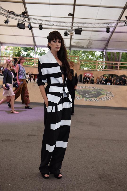 Blogerka Ina T. ráda vzdává hold českým módním tvůrcům. Během poslední edice Mercedes-Benz Prague Fashion Weeku oblékla před přehlídkou Jakuba Polanky návrhářův pánský oblek, který půl roku předtím předvedl na mole model Zombie Boy.