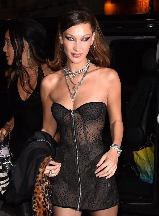 Bella vyrazila do ulic Paříže v odvážném outfitu.