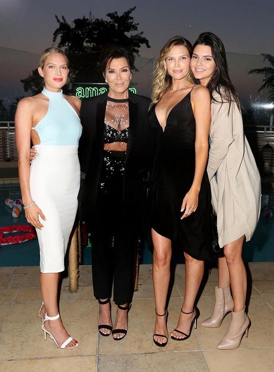 Kris Jenner (druhá zleva) dorazila na akci s dcerou Kendall (vpravo).