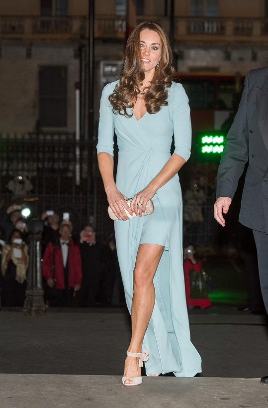 V róbě od Jenny Packham vévodkyně decentně odhalila nohy.
