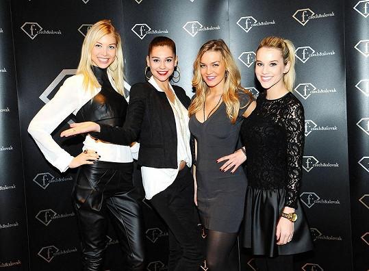 Kateřina Částková (vlevo) s Hankou Svobodovou a dalšími finalistkami mini reality show.