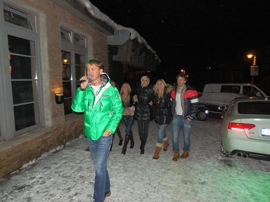 Tohle není noční tah Špindlem, ale módní přehlídka, kterou uváděl Katčin manažer Petr Svoboda (vpředu).