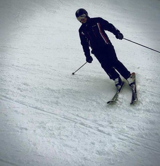 Vernes se zranil na lyžích.