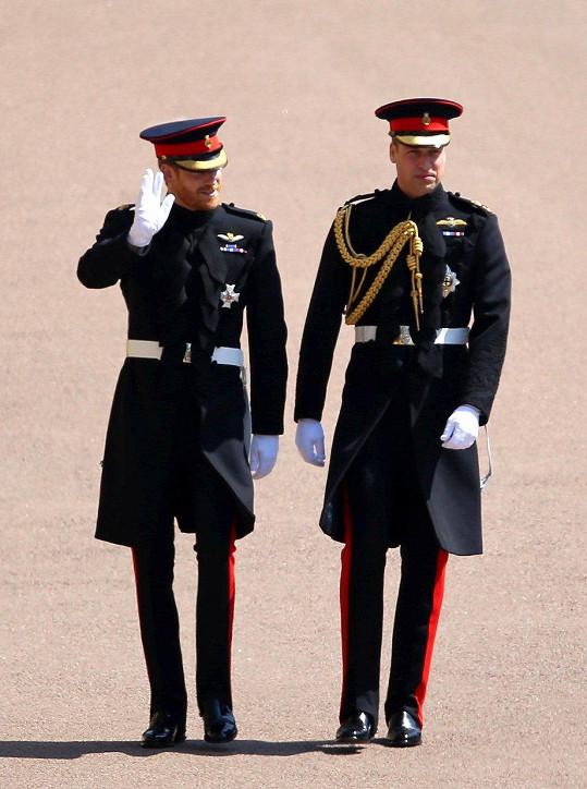 Harryho (vlevo) doprovodil na hrad Windsor bratr William, který mu jde za svědka. Oblékli stejnou uniformu.