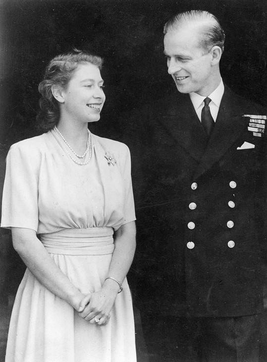 Poprvé připnula Alžběta II. brož ku příležitosti oznámení zásnub s Philipem.
