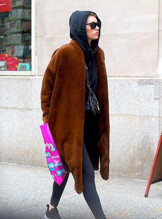 To si jen po londýnské čtvrti Soho vykračuje nikým nepoznána jedna z nejslavnějších modelek současnosti...