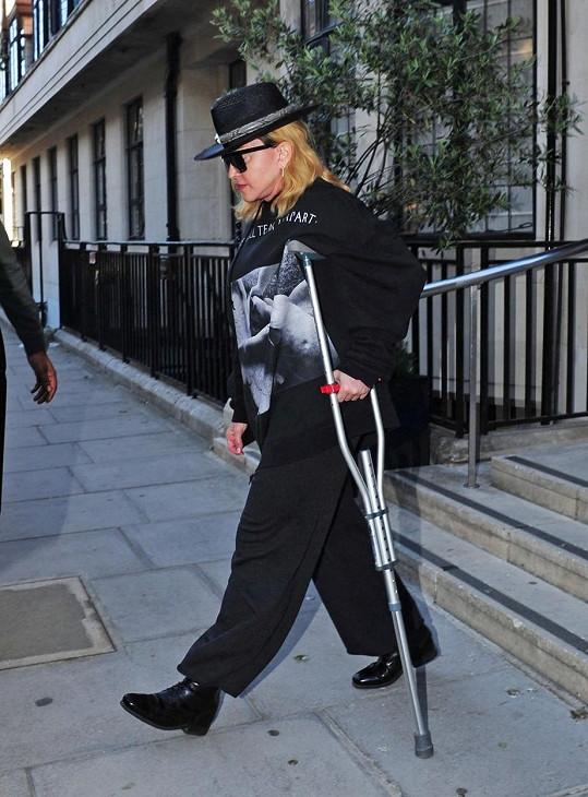 Madonna na snímku z května. Berlí si vypomáhá stále.