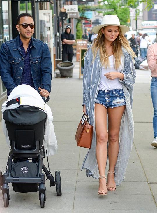 Novopečení rodiče Chrissy Teigen a John Legend vzali svou měsíční holčičku do New Yorku.