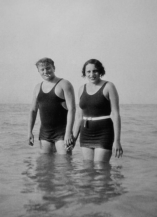 Jan při koupání s manželkou Zdenkou Werichovou rozenou Houskovou