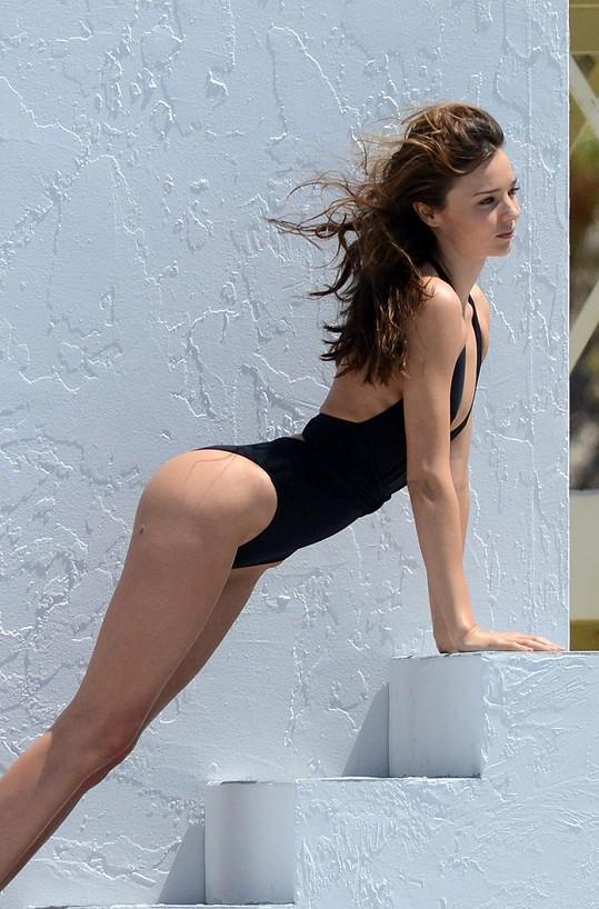 Miranda Kerr fotila vlastní řadu make-up produktů, ale předváděla spíš své tělo.