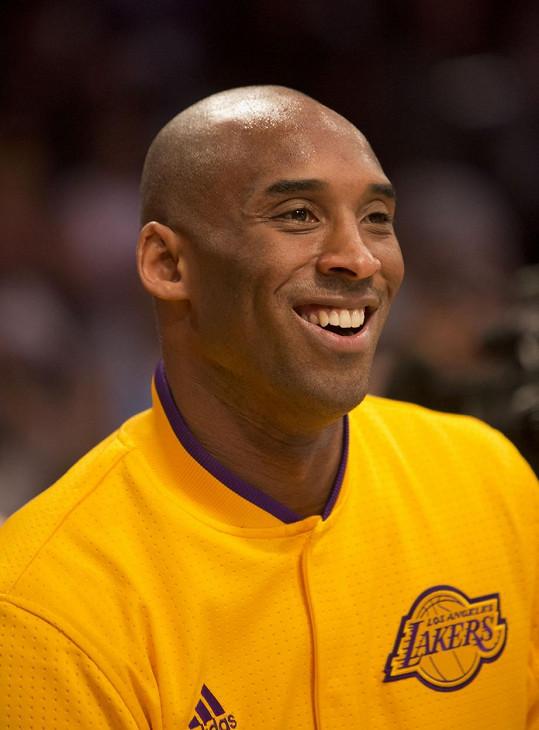 Na 6. příčce skončil basketbalista Kobe Bryant, který v 41 letech zahynul při letecké havárii. Jeho výdělky z prodeje merche a biografie činily přes 436 miliónů korun.