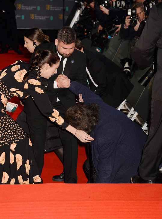 Na nohy mu pomohla partnerka a bodyguardi.