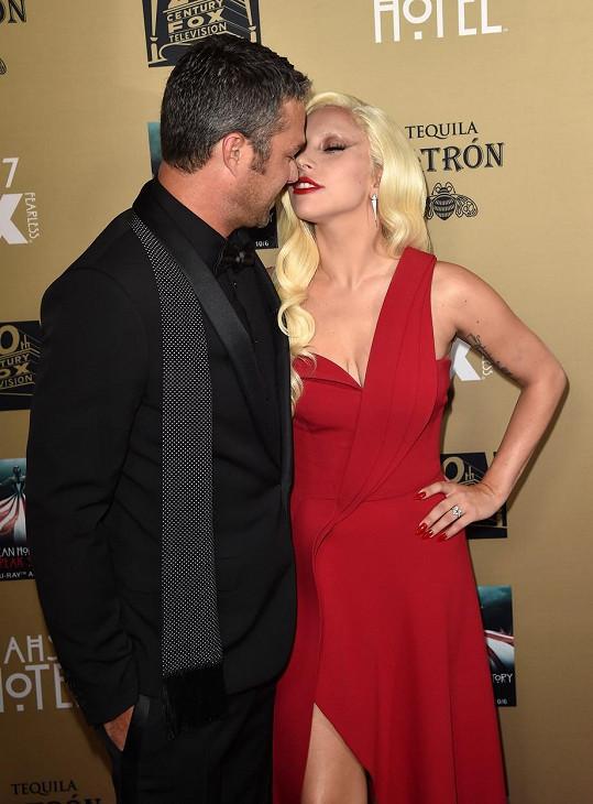 Lady Gaga vyžadovala od svého přítele polibky i na červeném koberci.