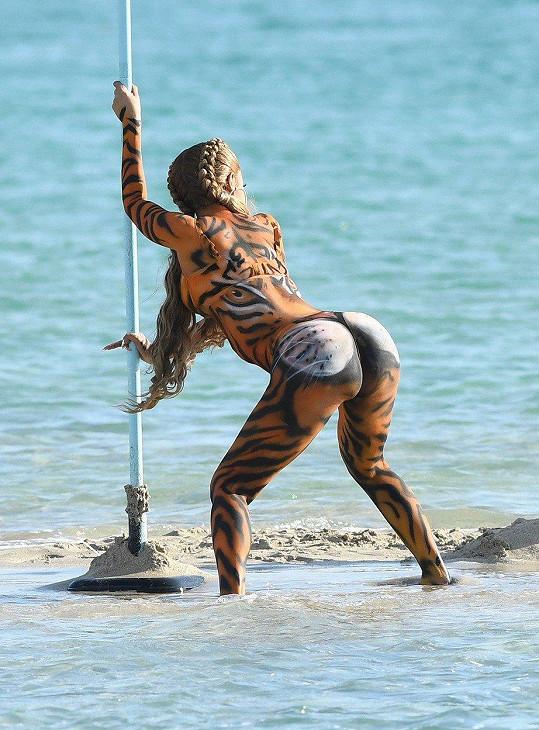 Takhle pomalovaná natáčela videoklip na pláži v Miami.