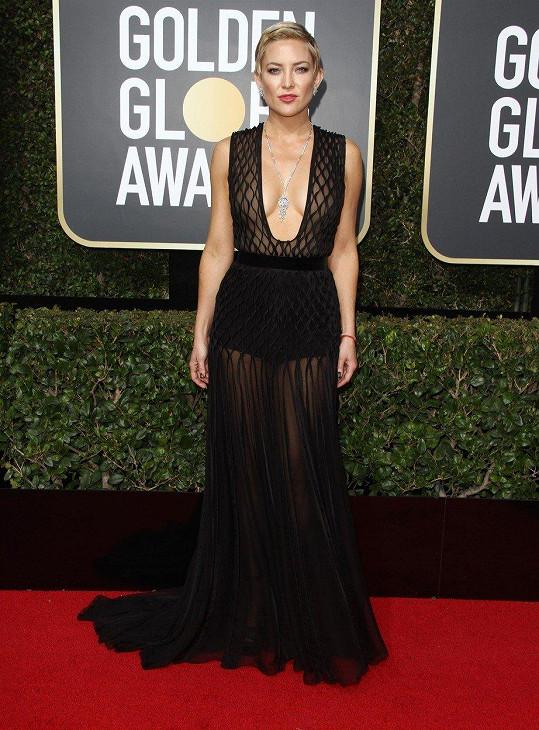 Pokud máte pocit, že černé šaty musí působit nudně, dozajista změníte názor při pohledu na róbu Kate Hudson v modelu od Valentina.
