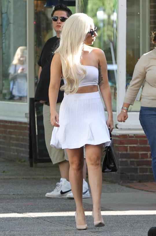 Roztomilé šaty se zpěvačce zalíbily natolik, že v nich rovnou opustila obchod.