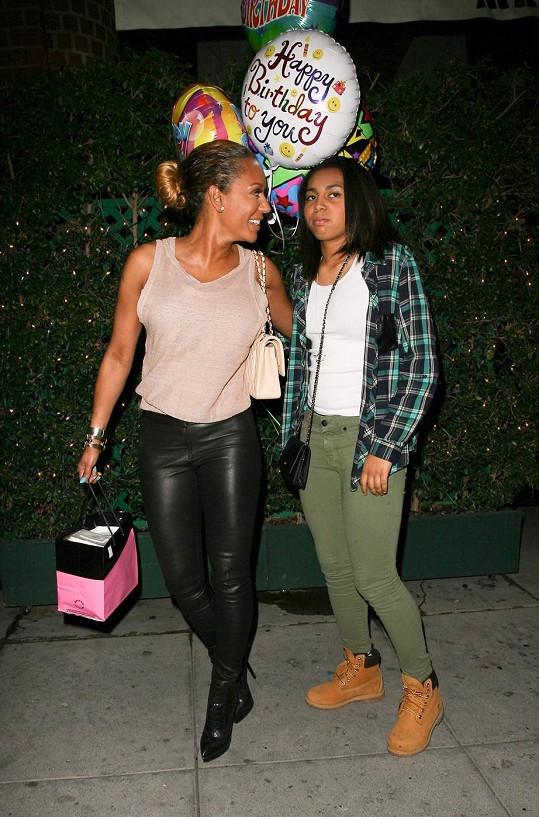 Mel B s dcerou při odchodu z restaurace v Kalifornii