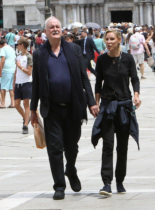 John Cleese a jeho čtvrtá žena Jennifer Wade v Benátkách
