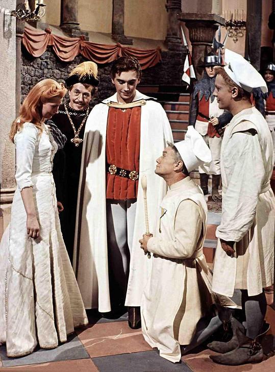 Marie Kyselková, Eduard Kohout, Josef Zíma, Stanislav Neumann, Josef Vinklář a Theodor Pištěk (zleva) si zahráli v oblíbené pohádce.