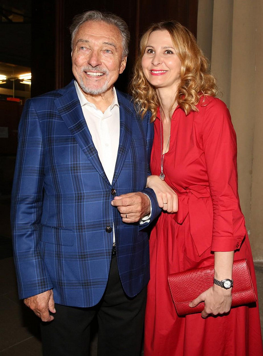 Ivana Gottová odcházela z koncertu zavěšená do svého muže a vysmátá.