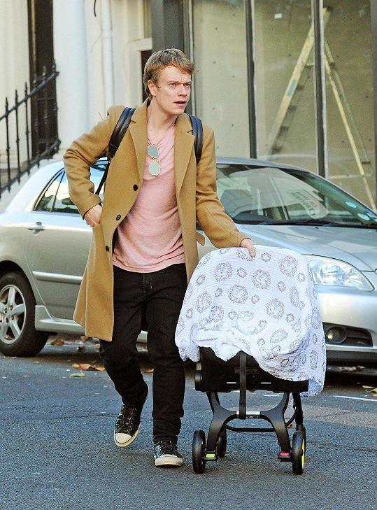 Alfie s dcerkou na cestě z porodnice.
