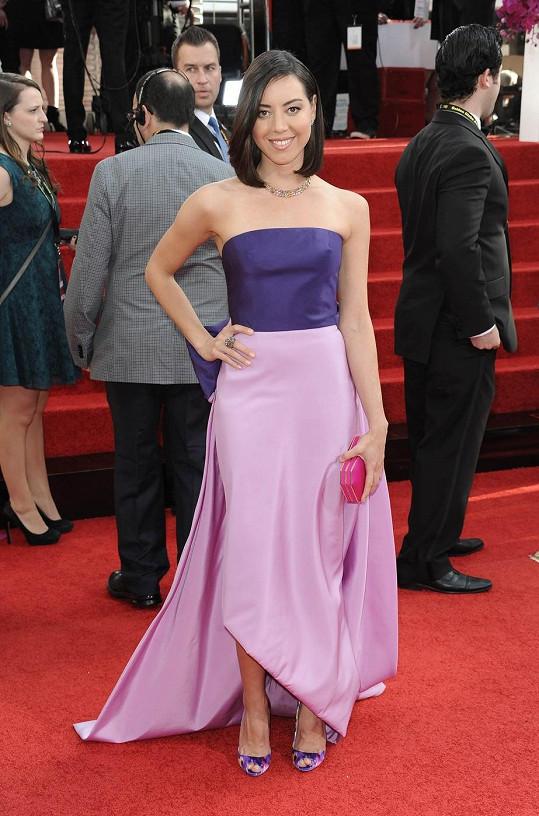 Herečka Aubrey Plaza vypadá v lila-fialovém modelu jako družička na svatbě.