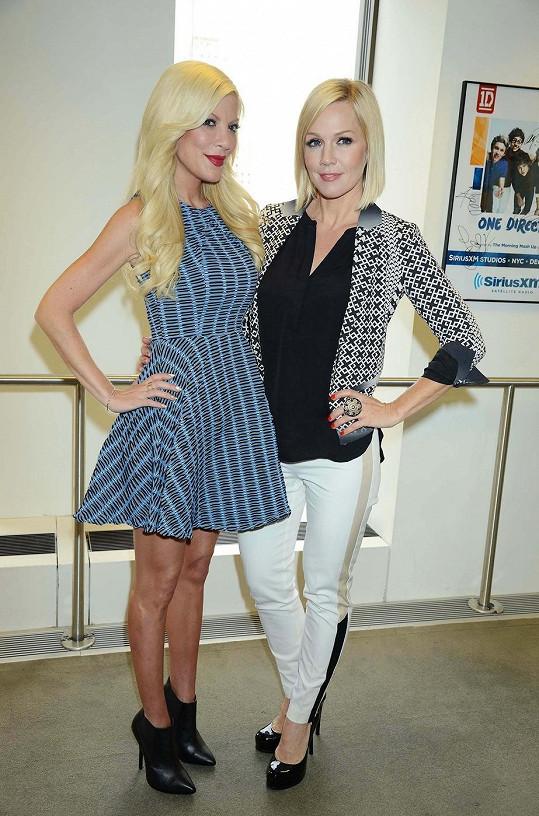 Tori Spelling a Jennie Garth si společně zahrály v seriálu Mystery Girls.