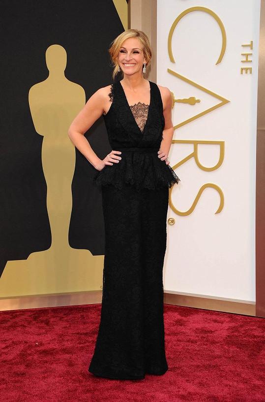 Trendy prvky 'peplum' lemu v pase i aktuální a nesmrtelnou krajku předvedla Julia Roberts rovnou v kombinaci na jednom modelu.