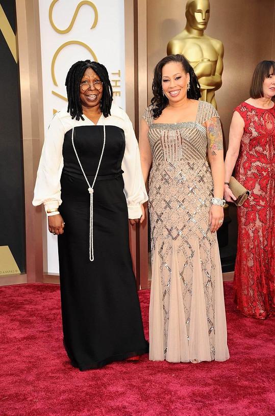 Whoopi Goldberg přišla na Oscary s dcerou Alex. Její šaty se díky černobílé kombinaci podobaly těm, které oblékla Meryl Streep.