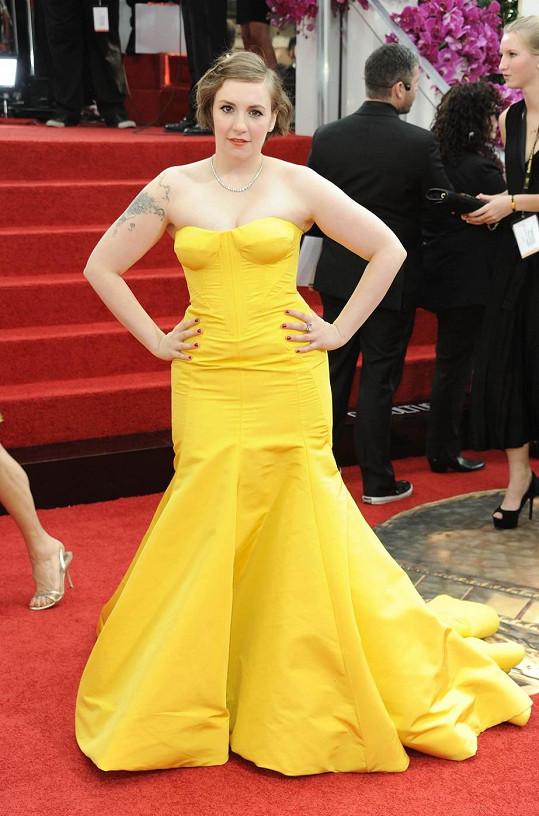 Na rudý koberec vždy některá z dam vynese róbu v kanárkově žluté barvě. Lena Dunham ale nepředvedla zrovna nejšťastnější verzi od Zaca Posena. Šaty jí jednak deformovaly ňadra a zároveň rozšiřovaly boky. Špatná volba.