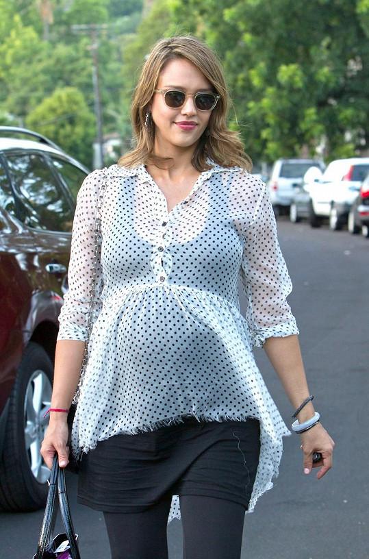 Těhotná Jessica Alba v červenci 2011.