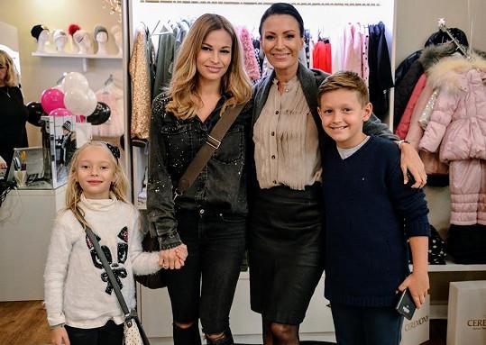 Petra s dcerou a Gábina Partyšová se synem na otevření dětského obchodu s oblečením