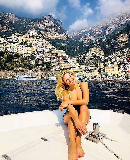 Eva Perkausová se na jachtě slunila v plavkách.