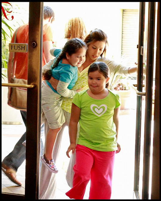 Madison De La Garza se svou seriálovou matkou Evou Longorií v Zoufalých manželkách