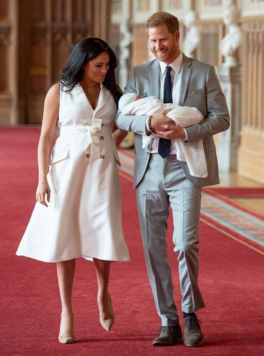 V šedém obleku představoval princ světu i syna Archieho, nechyběly ani oblíbené hnědé boty.