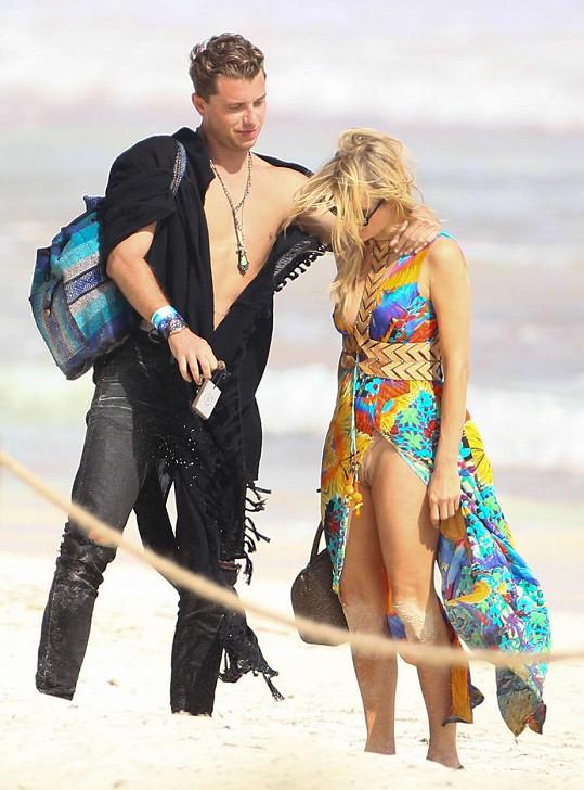 Paris Hilton se naparovala před neznámým mužem.