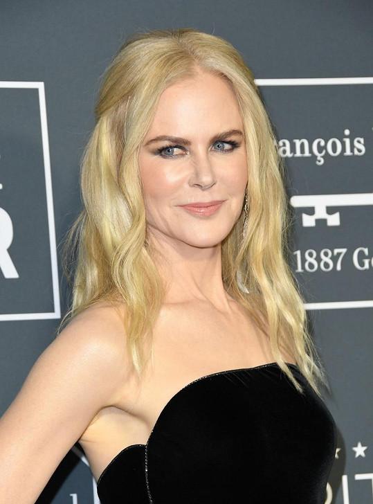 ...Nicole Kidman zase masérkou.