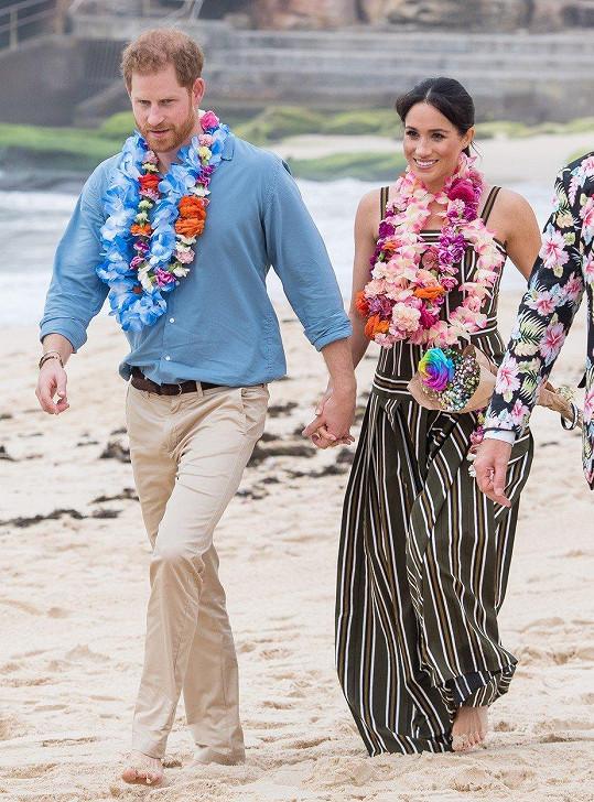 Manželé se přidali do kruhu surfařů na pláži Bondi.