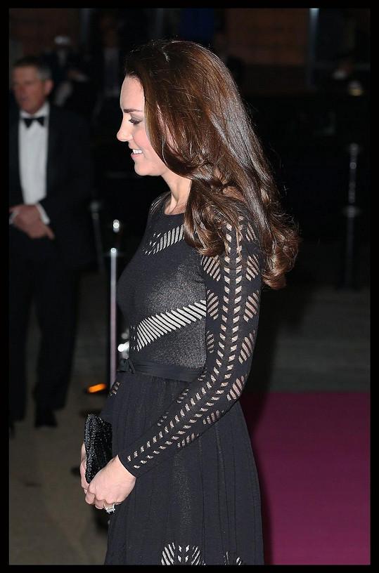 V šatech se vévodkyni rýsovalo těhotenské bříško.