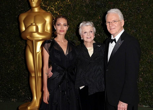 Angela Lansbury s Angelinou Jolie a Stevem Martinem