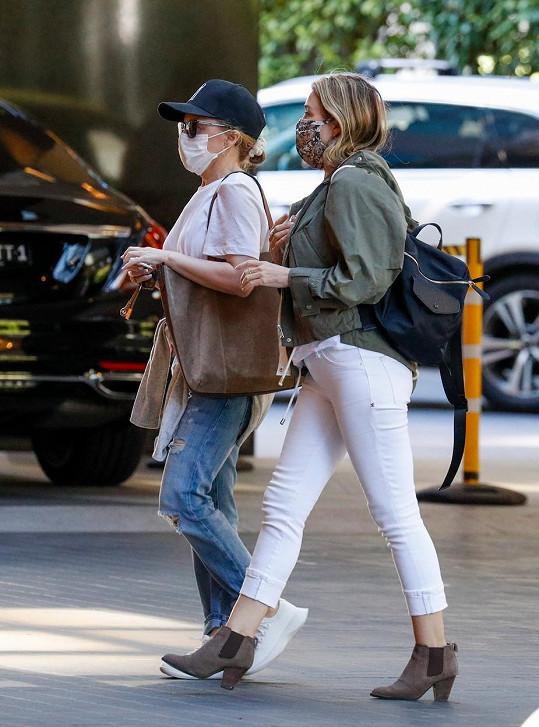 Kylie Minogue se vypravila se sestrou Dannii na nákupy.