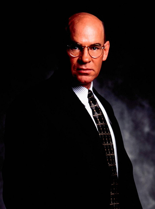 Mitch Pileggi si v Aktech X zahrál zástupce ředitele FBI Waltera Skinnera.