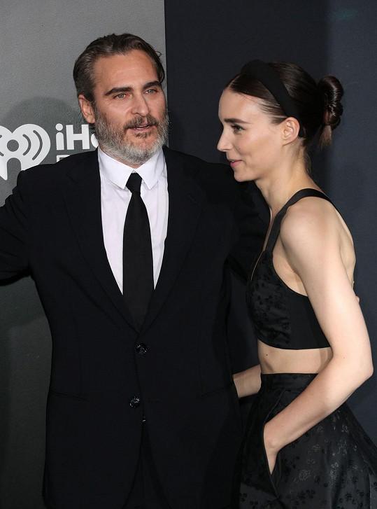 Poprvé se letos stal otcem oscarový Joaquin Phoenix. S partnerkou Rooney Marou mají syna Rivera, pojmenovaného po hercově zesnulém bratrovi.