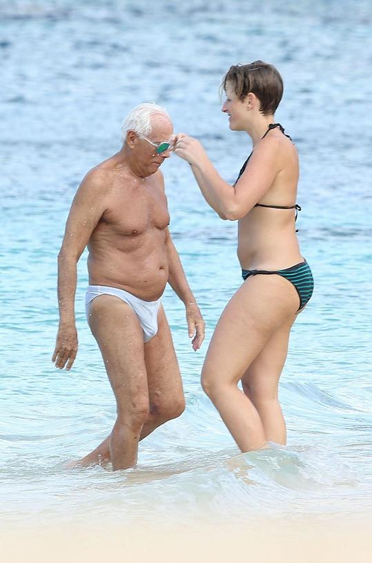 Dovolenou si Giorgio užívá ve společnosti mladší generace.