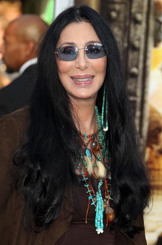 Cher vadí, že její syn Chaz Bono veřejně řeší svou změnu pohlaví.